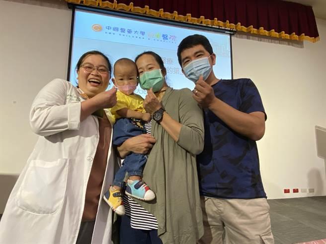矯正年齡1歲6個月大Q寶如今活潑、調皮,父母帶著他回到中國醫藥大學兒童醫院一起慶生,也鼓勵正在經歷早產的爸爸媽媽。(馮惠宜攝)