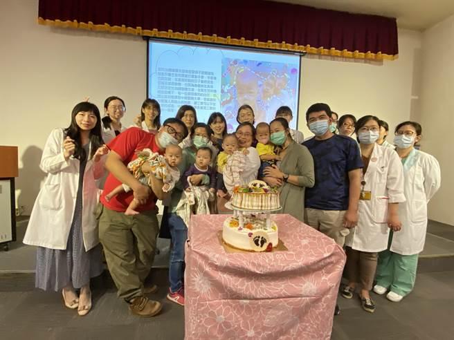 11月8日中國醫藥大學兒童醫院早產兒回娘家活動安排了親子共讀等專題演講,4日也請早產兒及家長出席記者會現身說法。(馮惠宜攝)