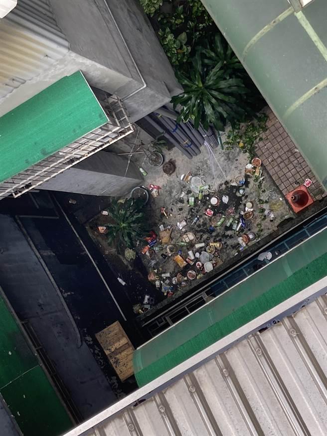 基隆信義區鄭姓男住戶時常將垃圾往1樓丟棄,造成巷弄內環境髒亂、惡臭撲鼻。(翻攝照片/陳彩玲基隆傳真)