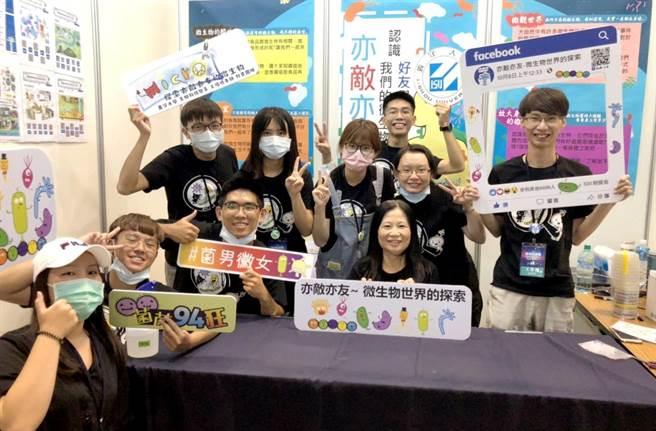 義守大學生科系老師王瑜琦帶領科普團隊,參與科學市集,回饋熱烈。(義守大學提供/林雅惠高雄傳真)