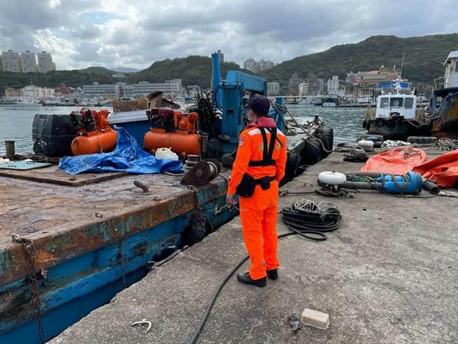 基隆八斗子漁港有一艘工作船疑似船體破洞沉入港中。(翻攝照片/陳彩玲基隆傳真)