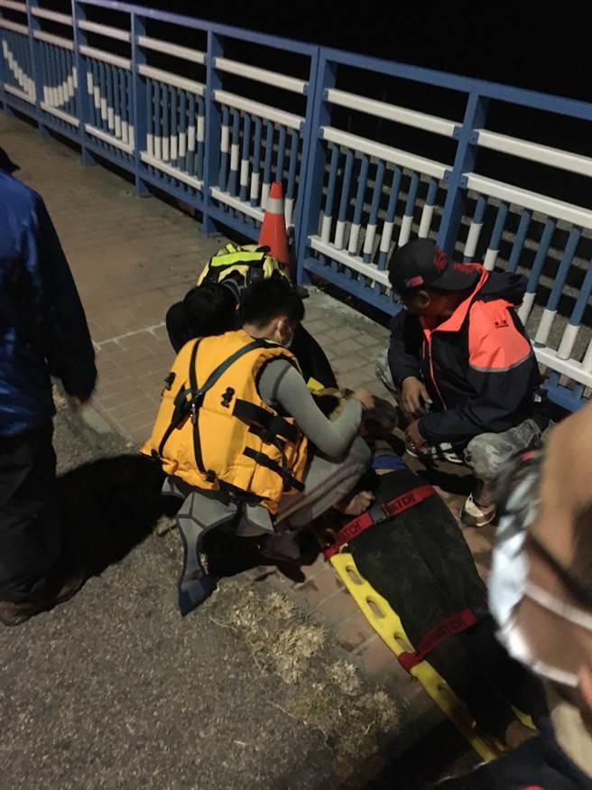 失溫的曾男被帶回岸上,緊急送童綜合救治。(台中港務消防隊提供/陳淑娥台中傳真)