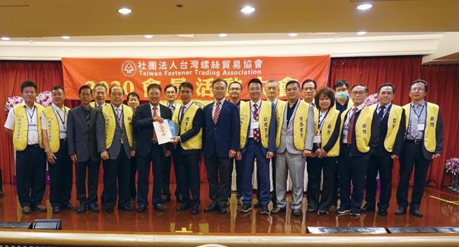 台灣螺絲貿易協會會員大會日前於高雄寒軒國際大飯店舉行,理事長陳和成(前排左六)和會員們合影留念。圖/林宜蓁