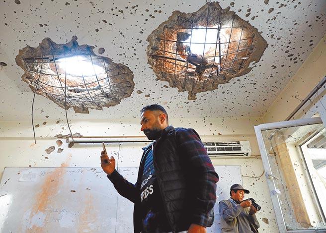阿富汗發生恐攻,首都喀布爾大學竟然遭到恐怖分子攻擊,圖為校園遭到嚴重破壞,天花板竟然炸出了兩個大洞。(路透)