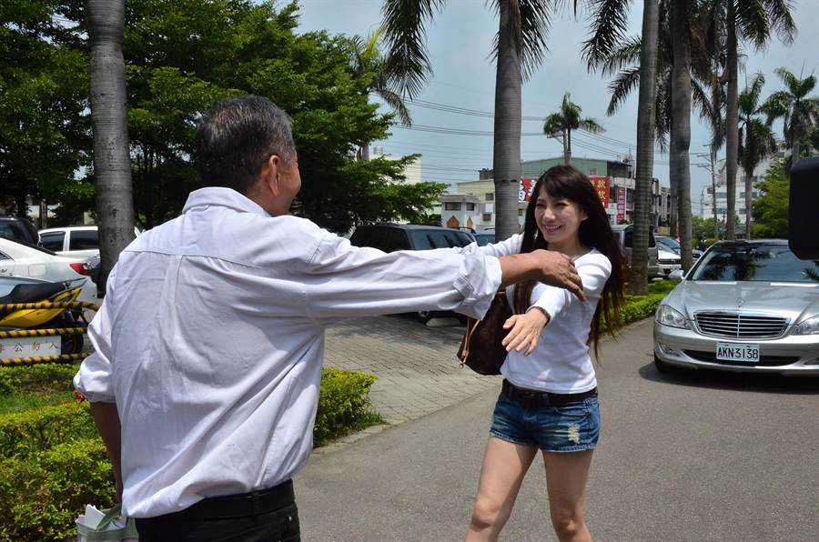 高国华2015年假释出狱,陈子璇张开双臂热情拥抱。(图/本报系资料照片)