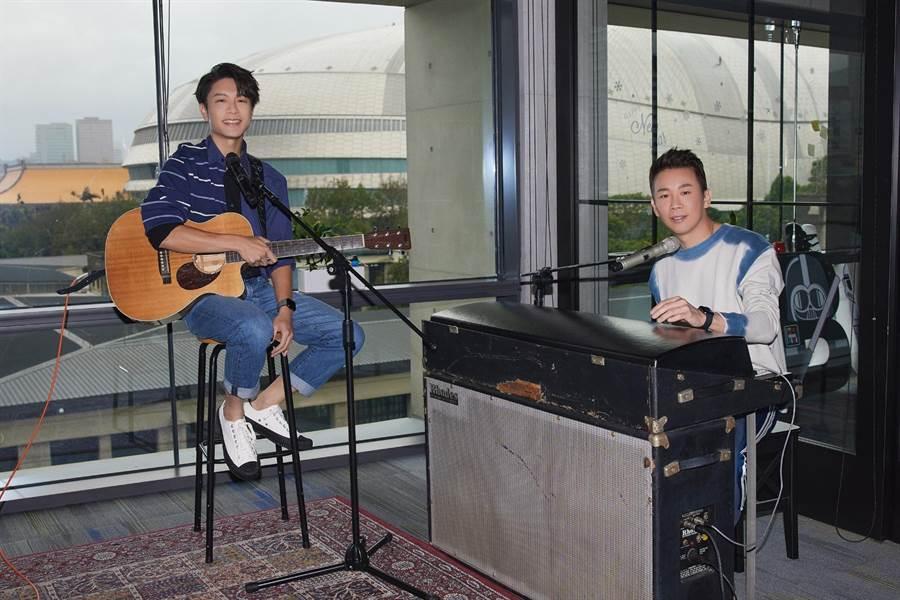 韦礼安(左)上陶喆的Youtube频道,大呼追星成功。(The Orchard提供)