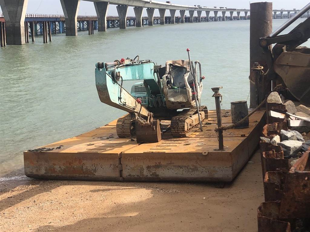 連日來強風將3艘大陸無動力的怪手平台船颳到金門大橋工區。(民眾提供)