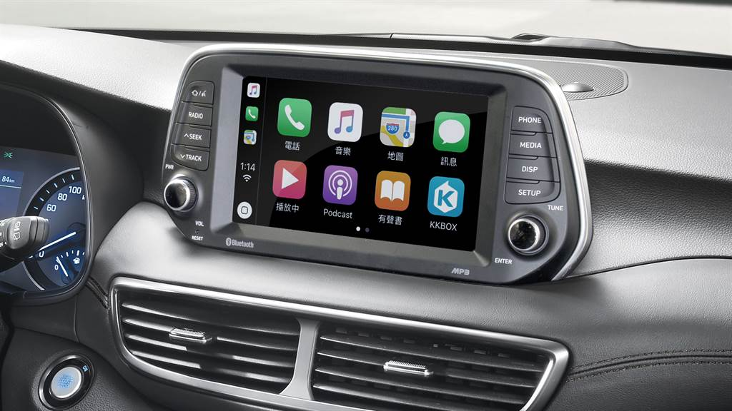 中控臺上方8吋懸浮式觸控螢幕並整合Apple CarPlay/Android Auto、倒車顯影等功能。