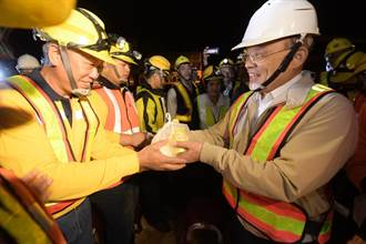 蘇揆昨深夜送豆漿、刈包 代蔡總統鼓舞台鐵基層士氣