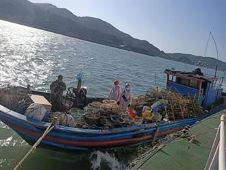秋冬搶補蟹 陸籍漁船越界遭逮查扣170具蟹籠