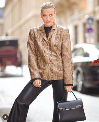 卡蜜兒穿搭黑色時尚 Delvaux手袋添風情
