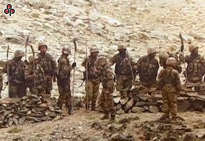 中印對峙僵局7個月,第八輪軍長級會談明可能舉行。圖為今年9月9日《印度時報》報導,中國解放軍企圖逼近班公湖附近印軍陣地。(摘自網路)