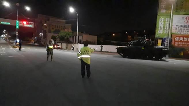 國軍多輛戰車凌晨行經台中清水,清水義交中隊隊員主動協助交維。(民眾提供/王文吉台中傳真)