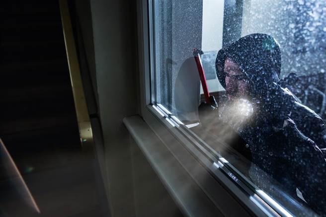 一名男子從5樓電梯外窗戶闖進女子家,閒晃了10分鐘後就離開。(示意圖/達志影像/Shutterstock提供)
