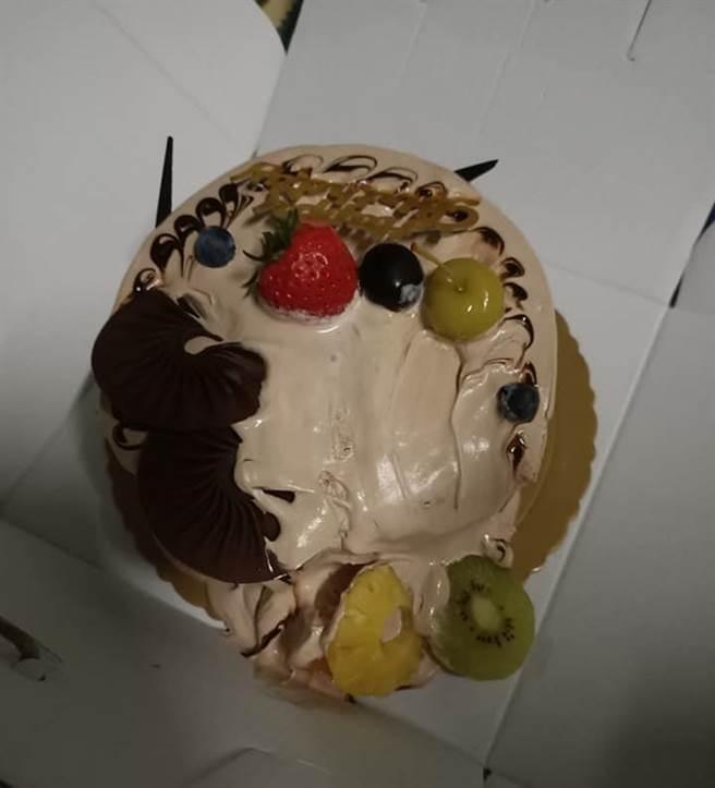 網友從蛋糕店回家到冰進冰箱不過10分鐘的時間,打開時卻發現蛋糕早已溶化。(圖翻攝自FB/爆怨2公社)