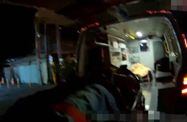 男子維修台鐵鐵路被高壓電擊落受傷,消防人員將他送醫急救。(讀者提供)