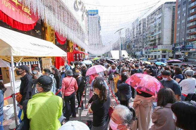SOGO忠孝館開店前排隊人潮較去年多2成。(吳松翰攝)