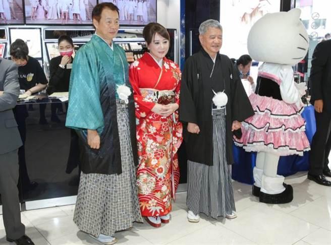 SOGO營業總經理汪郭鼎松(左起)、董事長黃晴雯、行政總經理杜金森都換上日服,與Hello Kitty一起在門口迎賓。(吳松翰攝)