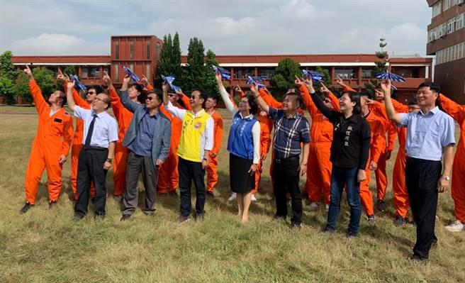 10月21日首屆無人機戶外障礙賽起跑記者會於大德工商舉行,雲林縣長與眾多與會嘉賓共同擲出小飛機。(Campus編輯室攝)