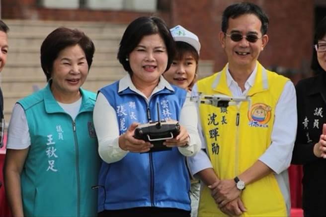 11月22日於劍湖山世界東方展覽館舉辦首屆無人機障礙賽,縣長張麗善率先試飛輕型無人機。(本報系記者周書聖攝)