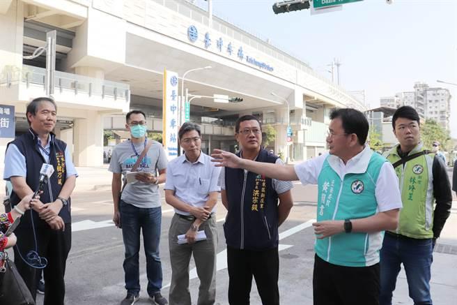 台中火車站長期傳惡臭,立委黃國書(右2)邀集相關單位到場會勘。(陳淑芬攝)