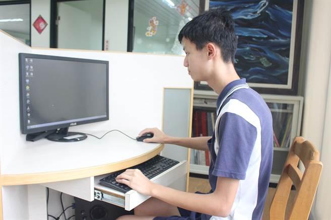 新北市私立竹林高中高二學生鄧星宇日前參加APCS大學程式設計先修檢測取得八級分的佳績,具有八級分講師的資格。(竹林高中提供)