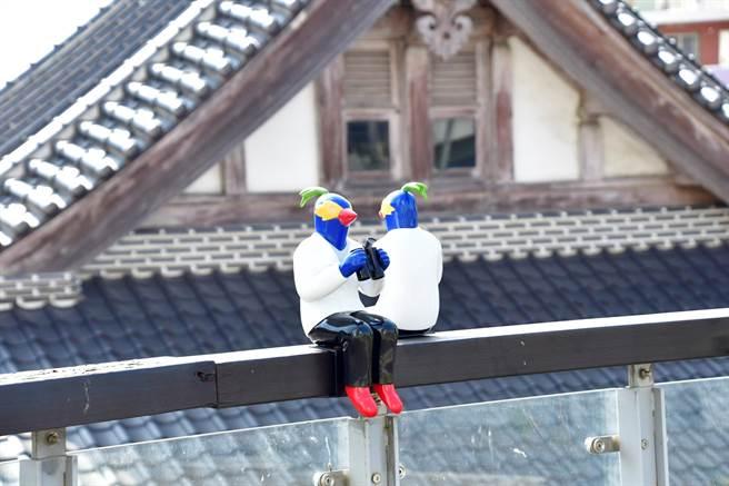 裝置藝術《鸚鵡人彰化計畫》坐落在彰化縣立美術館到南郭宿舍群動線上的一角,邀您來尋覓發現。(吳敏菁攝)
