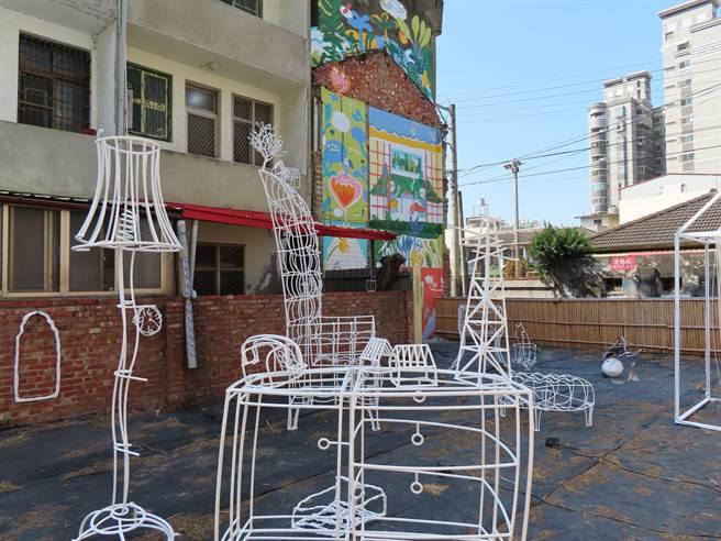 裝置藝術《線代美好舊時光》坐落在南郭宿舍群空地上,邀起一起來激發新想像。(吳敏菁攝)