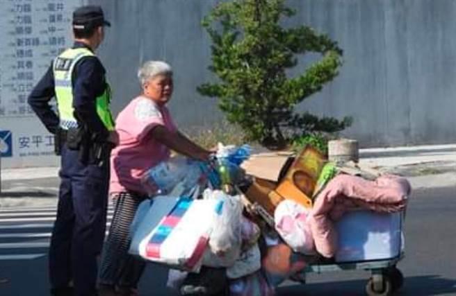 姚姓女子推回收車過馬路,呂姓巡佐協助推車,被網友拍下讚暖心。(擷自台南爆料公社/程炳璋台南傳真)