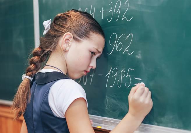 李家同近日揭露國小六年級數學題的「神奇算法」,批教科書的解法過於僵化,和快樂學習背道而馳。(示意圖/Shutterstock)