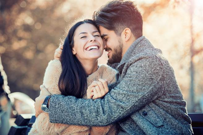 11月桃花滿開生肖TOP4,單身者有機會遇到好對象,有伴的人感情更穩固。(示意圖/shutterstock提供)