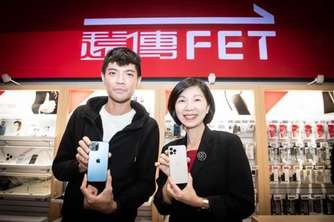 遠傳iPhone 12以及iPhone 12 Pro開賣活動排隊頭香的民眾(左)與總經理井琪合影。(遠傳提供/黃慧雯台北傳真)