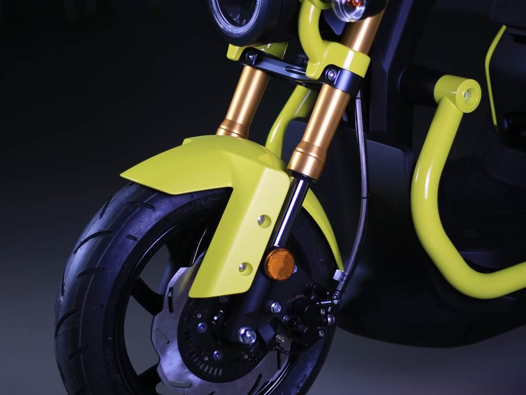 KRN BT 搭載倒立式前叉+雙三角台,這樣的配置通常只出現在性能取性的黃紅牌重車。