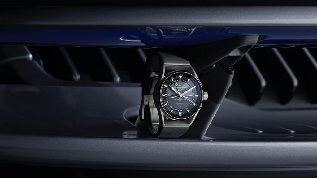 Porsche Design經過COSC認證的1919 Globetimer UTC已經被認為是一款創新的旅行時計,它利用最初看起來是計時碼錶的按鈕,可以在旅途中簡單輕鬆地在一個小時內來回跳動時間。點式晝/夜指示器則在9點鐘位置運行,而內部表圈則記錄數字日期,並帶有12小時制索引,並且還在外環上提供24小時時間指示。