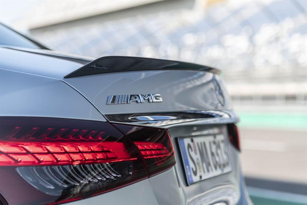 獨有的AMG方形後擾流翼,能在高速時提供一定的下壓力以及穩定車圍氣流。