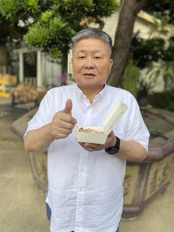 顏清標霸氣下單7000元買碗粿,6日在家享用熱騰騰的美食。(顏莉敏服務處提供/陳淑娥台中傳真)