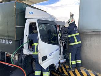 泰山小貨自撞橋墩駕駛卡車內 警消協力搶救助脫困
