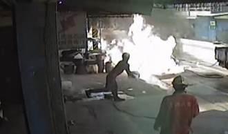 油桶起火竟拿水潑 外包工程人員沒概念險害民宅被燒