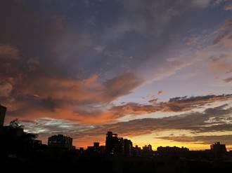閃電颱風掠恆春 傍晚美照「火燒雲」瘋傳