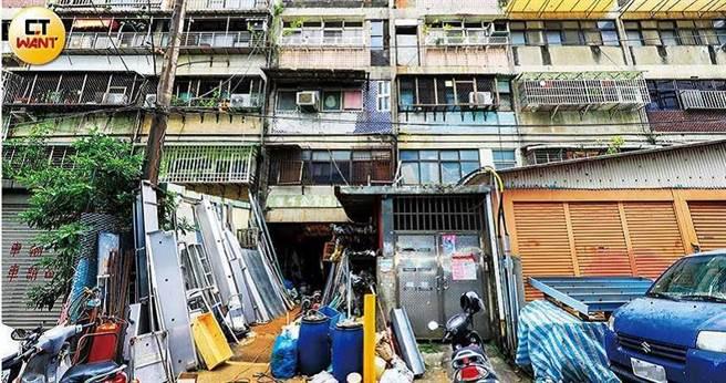 南港產專區仍有不少住工混雜的居住環境,住戶長期飽受噪音與空汙困擾。(圖/馬景平攝)