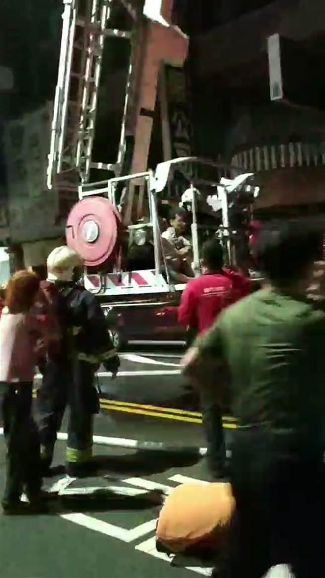 嘉義市透天厝凌晨失火,雲梯車救人。(讀者提供)