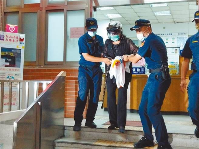 資深藝人鄭惠中對前總統李登輝的肖像丟擲裝有紅漆的汽球,被依毀損等罪起訴(本報資料照片)