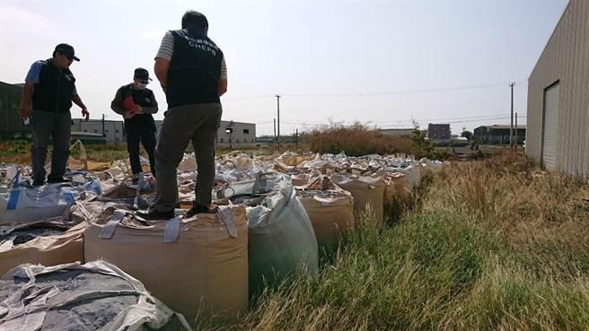 彰化縣環保局和彰化地檢署聯手破獲廢棄工廠濫堆廢棄汙泥太空包。(彰化縣環保局提供/吳敏菁彰化傳真)