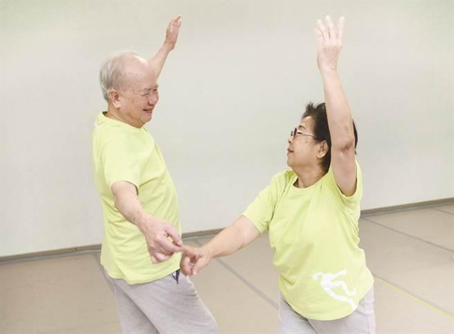 透過專業規畫的舞動課程,樂齡者可以感受自在律動的美好。(圖/雲門舞集舞蹈教室)