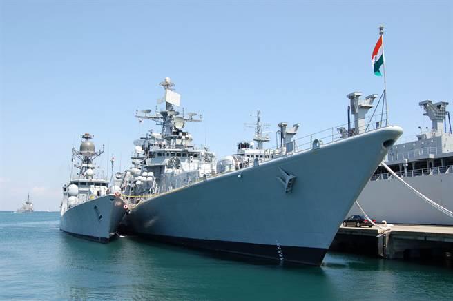 停泊在日本神奈川縣橫須賀軍港中的印度軍艦。(達志影像shutterstock)