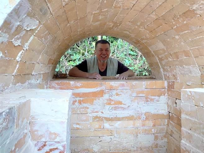 林瑞華老師與團隊為華梵窯蓋窯。(華梵大學提供)