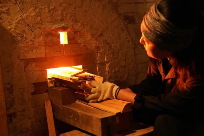 華梵窯第一燒,華梵美術系第一屆畢業校友吳姿瑩負責投柴。(華梵大學提供)