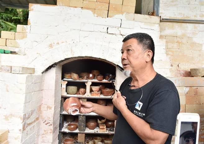 華梵窯開窯大典,林瑞華老師講解作品。(華梵大學提供)