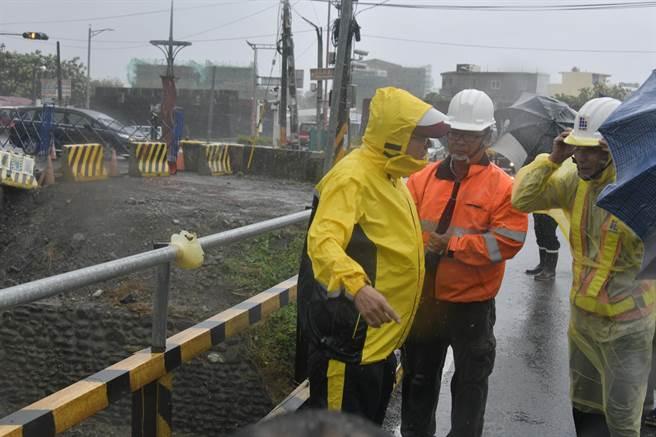 屏東縣長潘孟安6日下午到恆春、車城等地視察指出,颱風雖將快速離開,但就怕滯留雨致災。(謝佳潾攝)