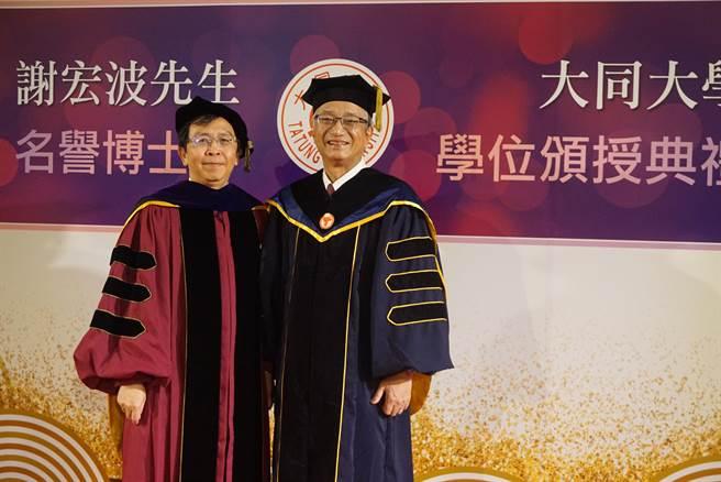 謝宏波(右)今獲頒大同大學名譽博士,左為大同校長何明果。(大同大學提供)